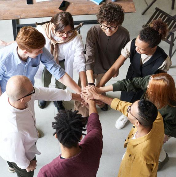 Foto pessoas unindo as mãos